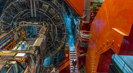 A LHC UNO 'STRANO' RISULTATO APRE NUOVE PROSPETTIVE SULLO STUDIO DELLA MATERIA PRIMORDIALE