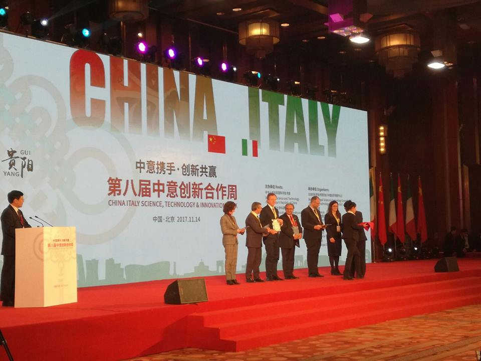 AL DIRETTORE DELL'I2JL MARCO MAGGIORA IL CHINA-ITALY SCIENCE AND TECHNOLOGY INNOVATION COOPERATION CONTRIBUTION AWARD